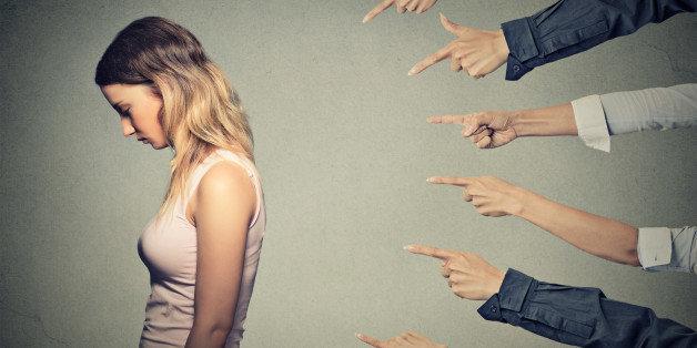 mulher absorvendo críticas negativas